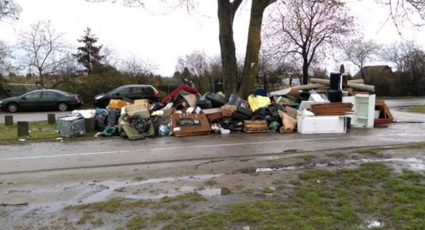 Śmieci zalegają od kilku dni. Jak mówią mieszkańcy, sytuacja powtarza się cyklicznie.