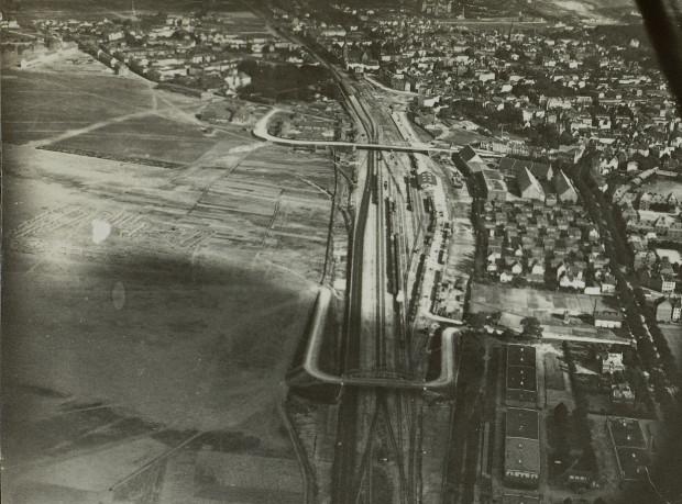 Zdjęcie lotnicze Wrzeszcza z pierwszej połowy XX wieku. W prawym dolnym rogu widać ceglane budynki dawnych wozowni wojsk taborowych stacjonujących we Wrzeszczu.