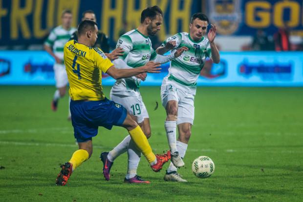 Zawód piłkarza ma wady i zalety jak każdy inny - uważa Marco Paixao (nr 19). Na zdjęciu z ostatnich derbów Portugalczyk w towarzystwie Sławomira Peszki walczy o piłkę z Dawidem Sołdeckim.