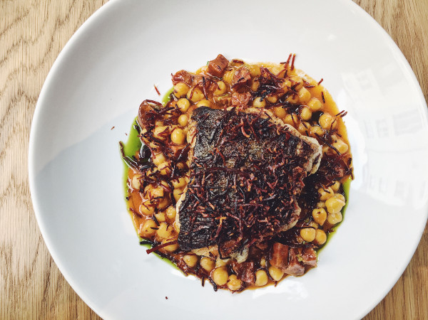 Połączenie rybnych smaków i potrawki z kiełbasą chorizo, czyli dorsz w Sztuczce Bistro.
