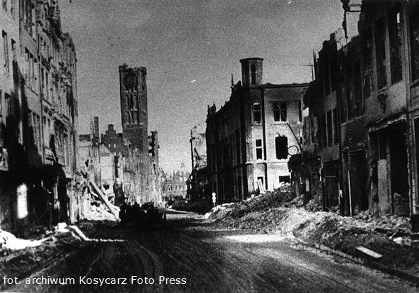Władysław Czerny był zwolennikiem nieodbudowywania zniszczonych pruskich gmachów w Gdańsku. Dlatego nie odtworzono zniszczonych budynków Senatu i Volkstagu, rozebrano pozostałości hotelu Danziger Hof i stojącą wówczas jeszcze fasadę pruskiej Poczty Głównej przy ul. Długiej (na zdjęciu).