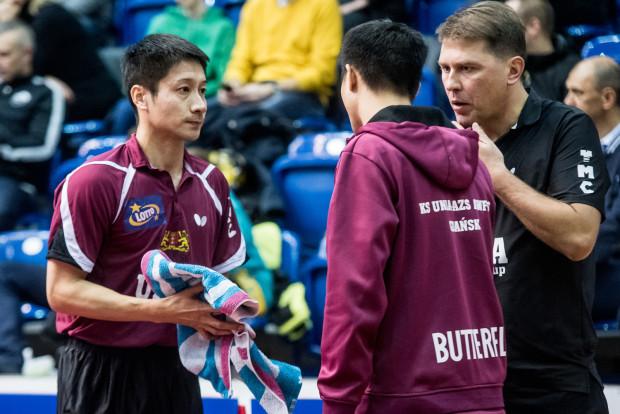 Po trzech wygranych wyjazdowych tenisiści stołowi Unii AZS AWFiS Gdańsk zapraszają do siebie na mecz na szczycie Lotto Superligi. Od lewej: Kaii Konishi, Wang Yang oraz trener Piotr Szafranek.
