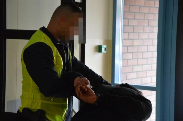 Mężczyznę zatrzymano dopiero po zgłoszeniu złożonym przez przedstawicieli spółdzielni mieszkaniowej.