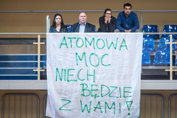 Tak wspierano atomówki w przedostatnim meczu sezonu w Sopocie, gdy grały z mistrzyniami Polski. Pomogło. Wygrały sensacyjnie z Chemikiem Police 3:2.