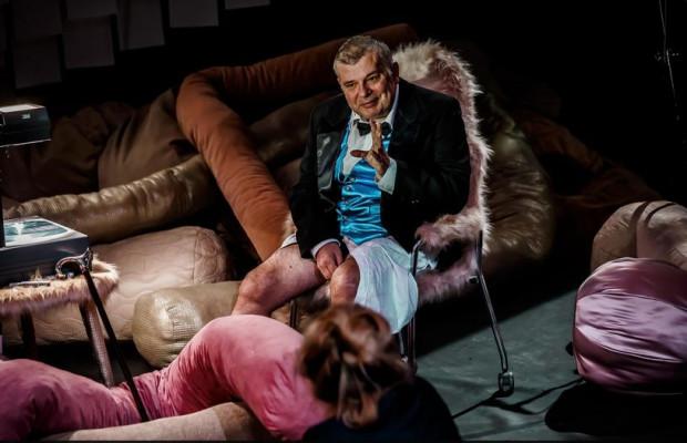 """""""Wieloryb The Globe"""" to projekt wyjątkowy, bo stworzony specjalnie dla Krzysztofa Globisza, który walczy z paraliżem i afazją po przebytym udarze mózgu. Produkcję Teatru Łaźnia Nowa zobaczymy w środę 24 maja."""