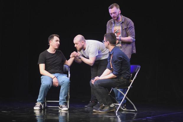 """Festiwal Teatru Impro """"Podaj Wiosło"""" otworzył występ lubelskiej grupy Innymi Słowy, czyli retrospektywna opowieść o skutecznym komorniku."""