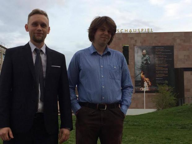 Mariusz Więcek i Jerzy Wójcicki przed budynkiem Teatru Państwowego w Norymberdze.
