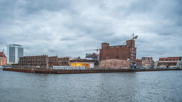 """Północna część Wyspy Spichrzów obrodzi wkrótce w setki mieszkań. Już teraz zaczyna być ona nazywana """"Bookingcom Island"""" od nazwy portalu z ogłoszeniami o wynajmie."""