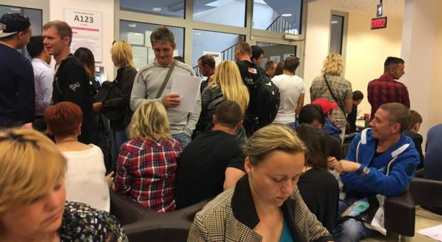 Cudzoziemcy nie tłoczą się już w kolejkach w Urzędzie Wojewódzkim, ale wciąż miesiącami czekają na legalizację swojego pobytu.