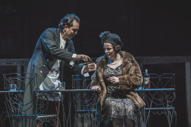 Nieoczekiwanie w cieniu Rigoletta i Gildy pozostaje Książę Mantui w wykonaniu Victora Camposa Leala, na zdjęciu w towarzystwie Magdaleny (Elwiry Janasik).