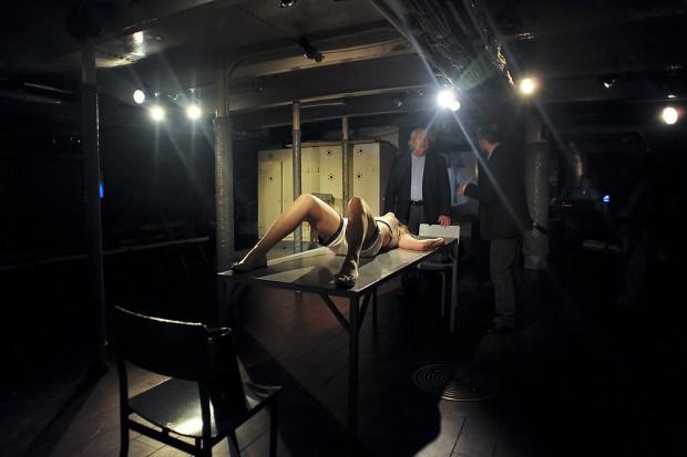 """Podpokładzie """"Daru Pomorza"""" stanowi naturalną scenografię spektaklu """"Kursk"""", majowej premiery Teatru Miejskiego w Gdyni poświęconą okrętowi podwodnemu """"K-141 Kursk"""" (na zdjęciu kadr z """"Idąc rakiem"""")."""
