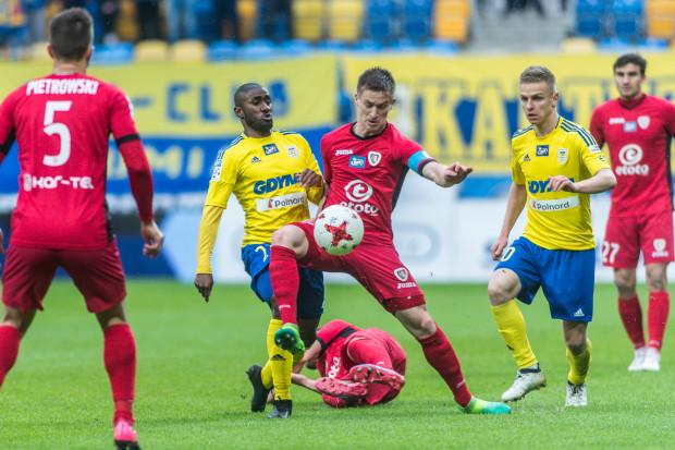 Na zdjęciu Radosław Murawski nie chce oddać piłki Yannickowi Sambei tak jak Piast nie zostawił kompletu punktów Arce w Gdyni. Gol Mateusza Szwocha (z prawej) dał prowadzenie gospodarzom od 9. do 88. minuty.