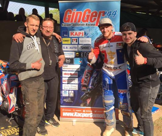 Dzięki zwycięstwu w wyścigu dodatkowym, Kacper Gomólski (drugi od prawej) awansował do finału eliminacji Speedway European Championship.