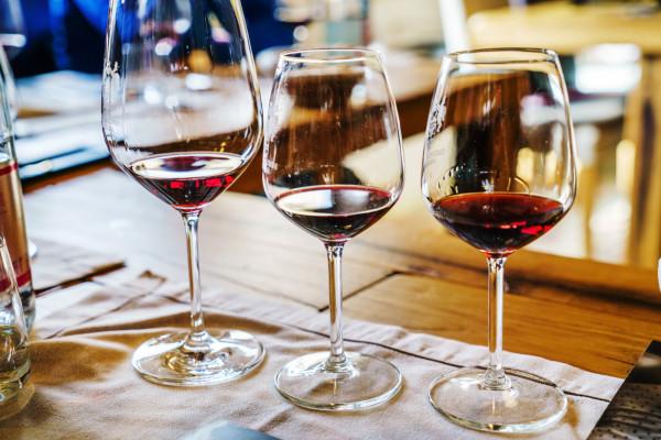 Kieliszek powinien być adekwatny do okazji oraz podawanego trunku. Niedopuszczalne jest podawanie w restauracjach szlachetnych, drogich trunków w zwykłym szkle bankietowym. Z drugiej strony serwowanie win stołowych, czyli mało aromatycznych, w kryształowym kielichu wydaje się całkiem bezsensowne.