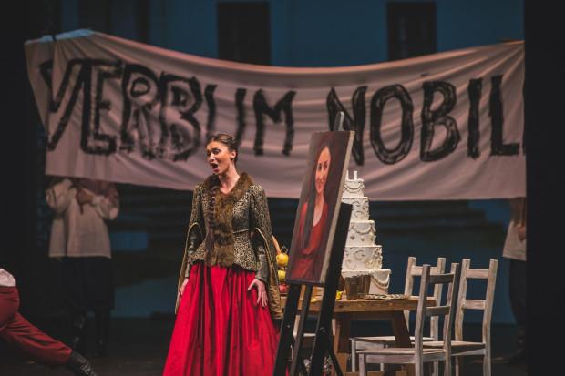 """Obdarzona ciekawym sopranem Magdalena Nanowska w roli Zuzi udanie śpiewa m.in. arię """"Stacho odjeżdża, nie powróci już""""."""