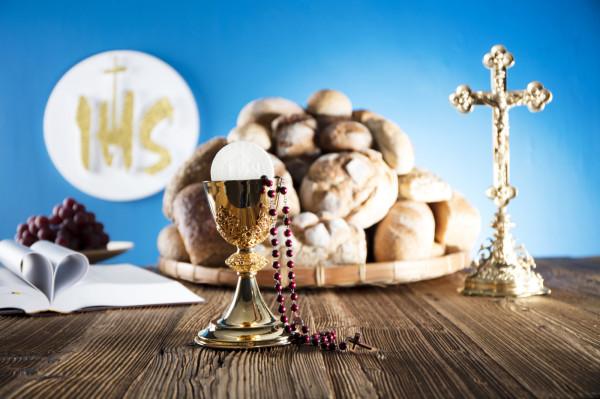 Udzielanie sakramentów jest bezpłatne, jednak opłaty związane z organizacją uroczystości są niemałe i wynoszą od stu do kilkuset złotych.