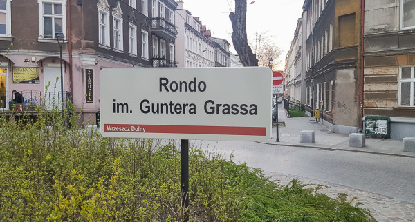 Tablica z błędnym zapisem imienia Grassa na rondzie na ul. Wajdeloty.