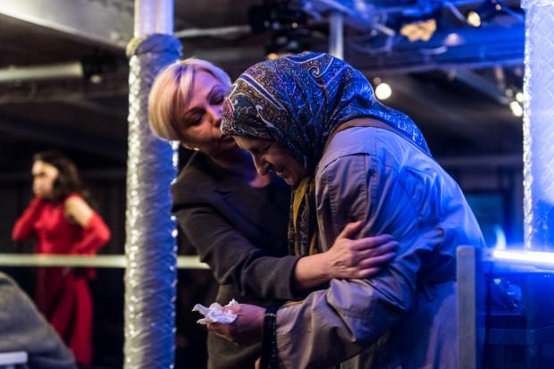 Bardzo ciekawe role oczekujących na strzępy informacji o swoich mężczyznach role przygotowały Dorota Lulka (Nadieżdza) i doskonała w tym spektaklu Elżbieta Mrozińska (Babka Sofia Antonowna).