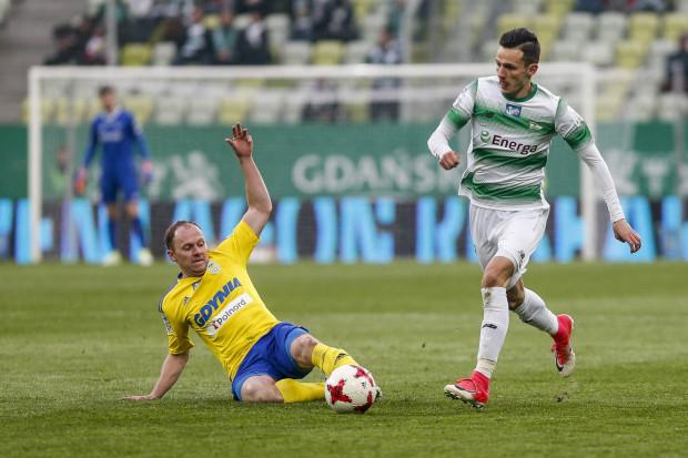 Żadne inne spotkania nie cieszą się w naszym Typerze tak dużym zainteresowaniem jak piłkarskie derby Arki i Lechii. Na zdjęciu Rafał Siemaszko (z lewej) i Rafał Wolski (z prawej) podczas kwietniowego meczu na Stadionie Energa Gdańsk.