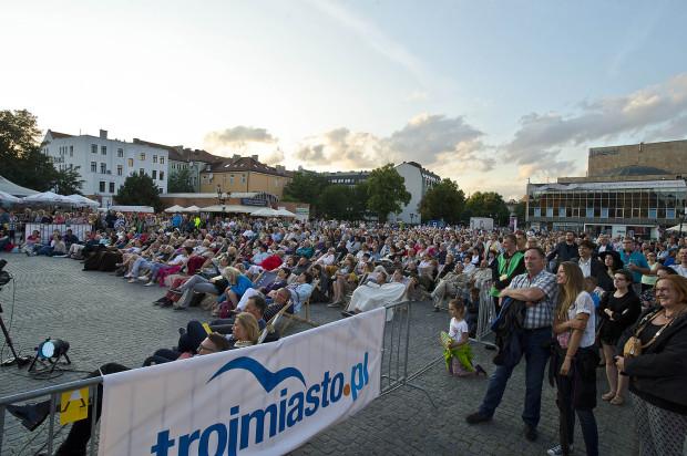 Podczas projekcji Opery na Targu Węglowym bardzo trudno znaleźć wolne miejsce, bo popularność tej akcji od lat jest bardzo duża. Kolejna odsłona 15 lipca, a zaprezentowaną operę wybiorą czytelnicy Trojmiasto.pl.