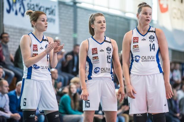 Po bardzo słabym meczu w Łomiankach koszykarki AZS UG mają czas do niedzieli, aby wstać z kolan. Wtedy dostaną ostatnią szansę na wygranie rozgrywek I ligi. Na zdjęciu od lewej: Karolina Formella, Żaneta Szczęśniak i Jastina Kosalewicza.