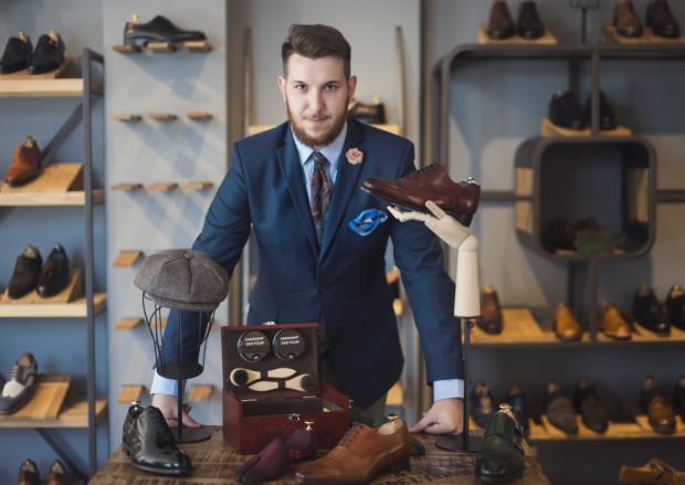 """""""Dżentelmen to wcale nie mężczyzna w szytym na miarę garniturze i z lekko podkręconym wąsem, bo nie sam wygląd zewnętrzny go definiuje"""" (zdjęcie wykonane w salonie Klasyczne Buty w Gdańsku)."""