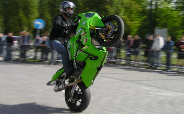 Niektórzy motocykliści zapominają, że czas na popisy jest na pokazach, a nie na publicznych drogach (zdjęcie ilustracyjne).