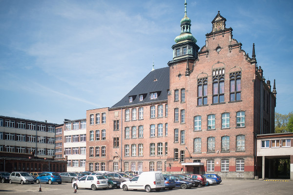 Sto lat po śmierci Karla Friedricha Conradiego przystąpiono do budowy nowej siedziby ufundowanej przez niego szkoły. Gmach, który jest siedzibą Conradinum po dziś dzień, oddano do użytku 17 października 1900 r.
