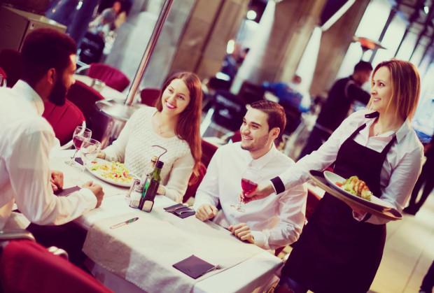 Młodzi ludzie często szukają pierwszej wakacyjnej pracy w gastronomii.