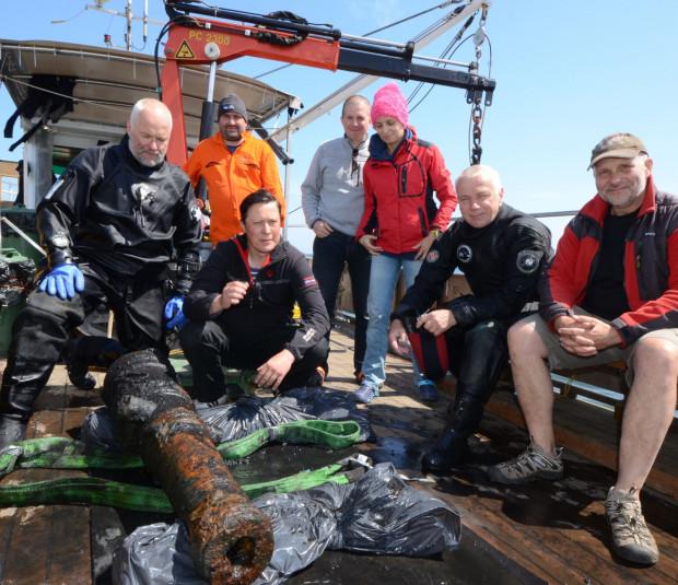 Ekipa badawcza Narodowego Muzeum Morskiego, kierowana przez dra Tomasza Bednarza (w środku, trzeci od lewej)