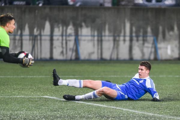 Bałtyk odpadł z regionalnego Pucharu Polski przegrywając z zespołem z V ligi. Wciąż pozostaje przed nimi jednak ważniejszy cel, czyli gra o awans do II ligi. Na zdjęciu Filip Sosnowski.