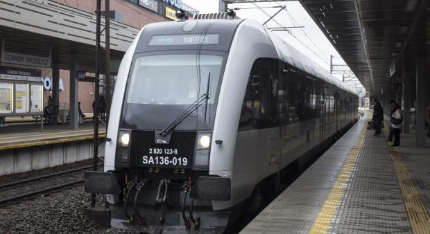 """Pociągi jadące do stacji docelowej przez lotnisko, będą miały dodaną na wyświetlaczach informację """"przez Gdańsk Port Lotniczy""""."""