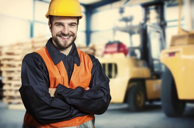 Wiele firm rekrutuje tylko wykwalifikowanych pracowników, którzy mają już uprawnienia do prowadzenia specjalistycznych maszyn i pojazdów.