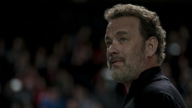 Tom Hanks tylko w krótkich migawkach przypomina aktora z najwyższej półki. Uziemiony przez scenarzystów poza motywacyjnymi regułkami nie ma w zasadzie nic do przekazania. Jego postać potraktowano bardziej jako personifikację konkretnych cech niż człowieka z krwi i kości, co w efekcie daje niewyraźną, miałką kopię Steve'a Jobsa.