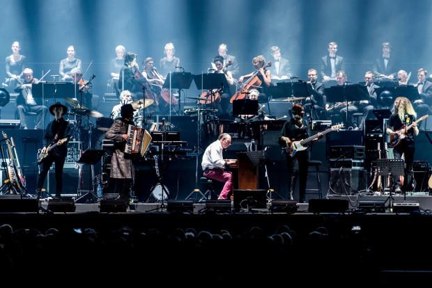 Hanz Zimmer po raz kolejny skradł serca słuchaczy nie tylko swoją muzyką, ale i spektakularnymi aranżacjami oraz monumentalną obsadą. Kompozytorowi towarzyszyli 15-osobowy zespół, Czeska Narodowa Orkiestra Symfoniczna w kameralnym składzie oraz chór.