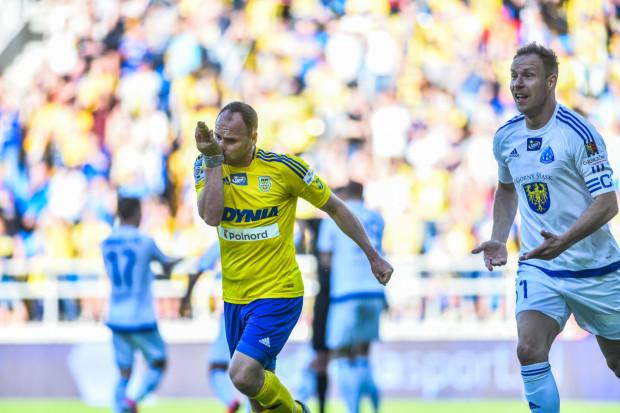 Po wyrównaniu dla Arki. Rafał Siemaszko całuje medalion na ręku, którą strzelił gola. Rafał Grodzicki protestuje.