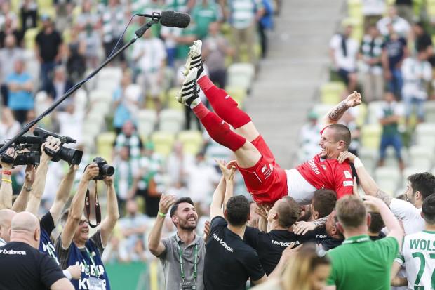 Mateusz Bąk na rękach kolegów po ostatnim meczu w Lechii Gdańsk.