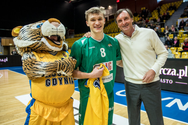 Prezes Asseco, Przemysław Sęczkowski (z prawej) uważa, że jednym z sukcesów ostatnich lat było wychowanie koszykarsko Filipa Matczaka, który zagra w finale play-off PLK ze Stelmetem Zielona Góra.