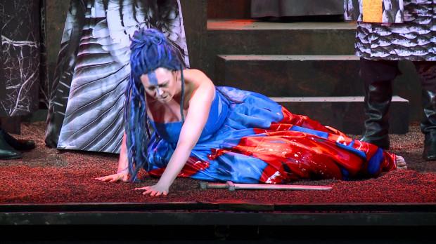 """Artyści Chóru Opery Bałtyckiej zgłaszali zastrzeżenia do granulatu użytego w dekoracji opery """"Nabucco"""", choć problemów z nim nie zgłaszali soliści, którzy mieli z nim bezpośredni kontakt (na zdjęciu Karina Skrzeszewska jako Abigaille). Po interwencji Chóru """"żwirek"""" zostanie wymieniony."""