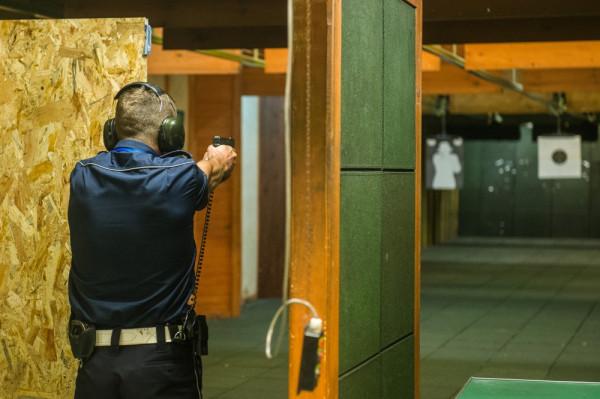 Policjanci ćwiczą na swojej strzelnicy w Złotej Karczmie. Poza nimi trenują tu również funkcjonariusze Morskiego Oddziału Straży Granicznej.