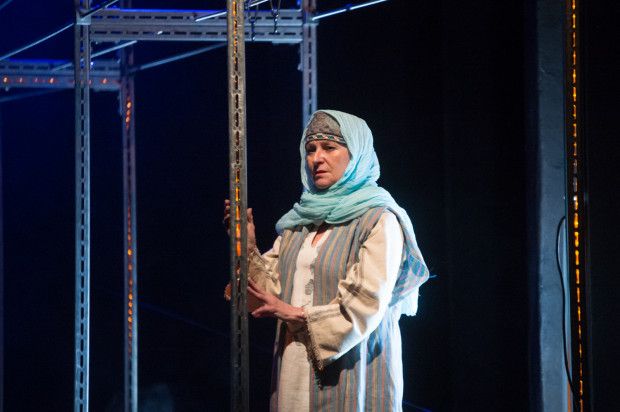 Uwagę zwracają oryginalne tureckie tkaniny i kostiumy, które wraz ze scenografią przygotowała Katarzyna Zawistowska. Na zdjęciu Hanna Miśkiewicz, w spektaklu Karima i narratorka przedstawienia.