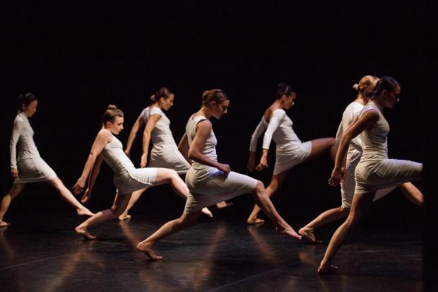 """""""ONA"""" szwajcarskiej Compagnie Linga to spektakl bardzo efektowny, piękny wizualnie i ciekawy choreograficznie, pozwalający podziwiać taneczną jakość formacji prowadzonej przez Katarzynę Gdaniec i Marco Cantalupo."""