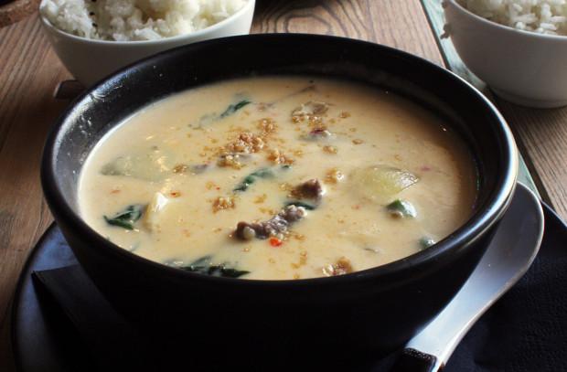 Panang curry z wołowiną - curry z sosem orzechowym, cebulą, papryką i bazylią, podawane z ryżem jaśminowym.