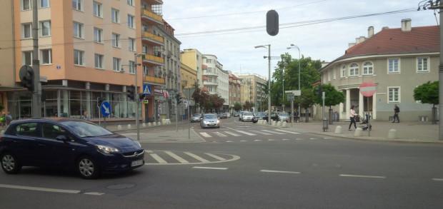 Wyjazd z ul. Starowiejskiej    w stronę Placu Kaszubskiego i ul. Derdowskiego zostanie zwężony, by zmieścił się wjazd dla rowerzystów, którzy będą mogli jeździć Starowiejską w obu kierunkach.