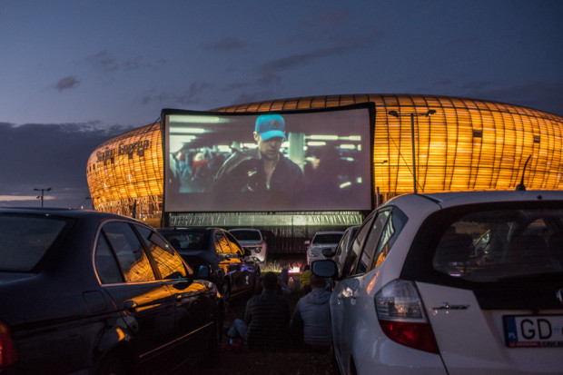 """W kinie samochodowym pod Stadionem Energa można było w sobotni wieczór zobaczyć film """"Drive"""" z Ryanem Goslingiem i Carey Mulligan."""