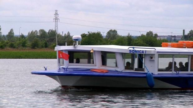 Na wyspę w sezonie można dotrzeć tramwajem wodnym F6.