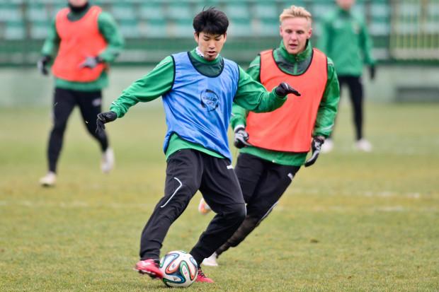 Tsubasa Nishi (z piłką) w ekstraklasie w Lechii nie zagrał ani minuty, a z powodu jego sprawy klub może stracić punkty w nowym sezonie.