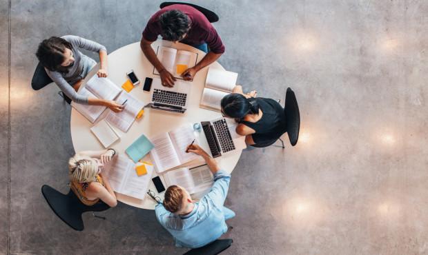 Wykonywanie czynności na podstawie umowy zlecenia może kolidować z właściwym wykonywaniem obowiązków związanych z podnoszeniem kwalifikacji zawodowych.