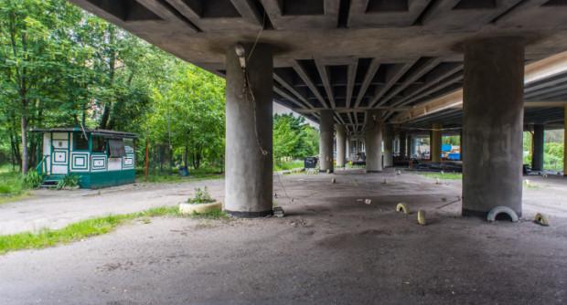Parking pod Estakadą Kwiatkowskiego został zamknięty. Obecnie to teren zajmowany przez OPEC.