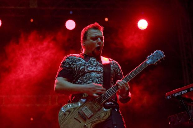 Jednym z trójmiejskich zespołów, które grają na gitarach firmy Mayones jest Chassis. Muzycy wystąpią w sobotę w Starym Maneżu.